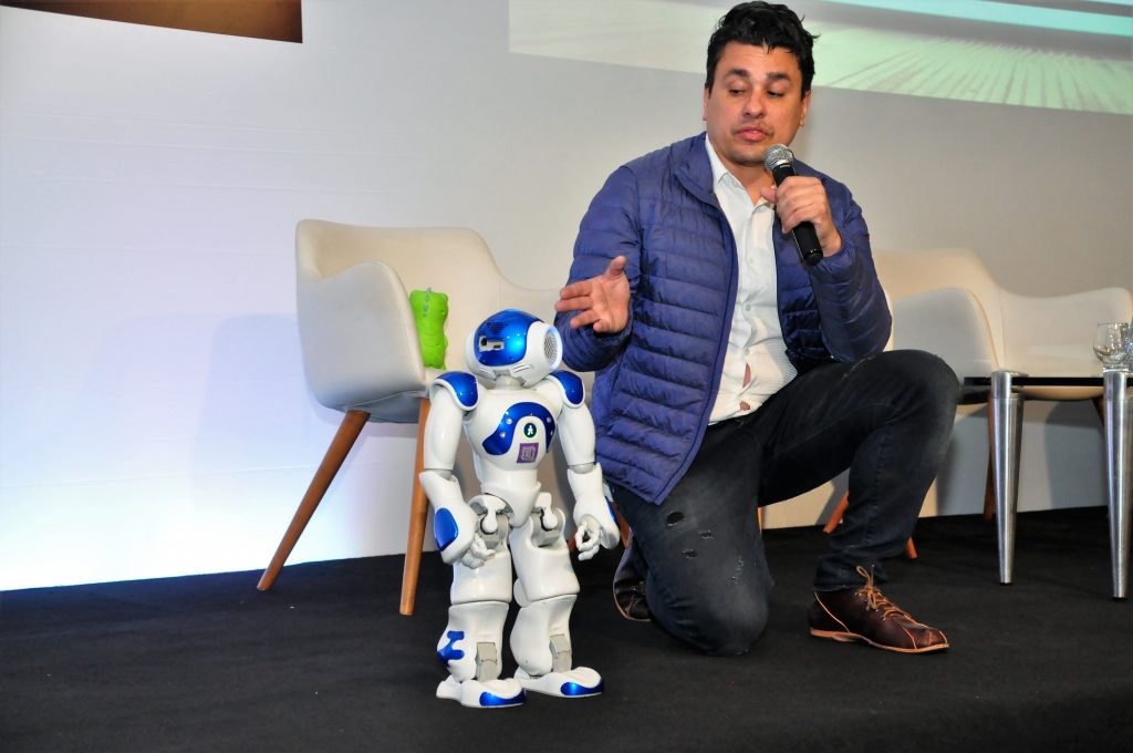 Gil Giardelli e seu incrível robô