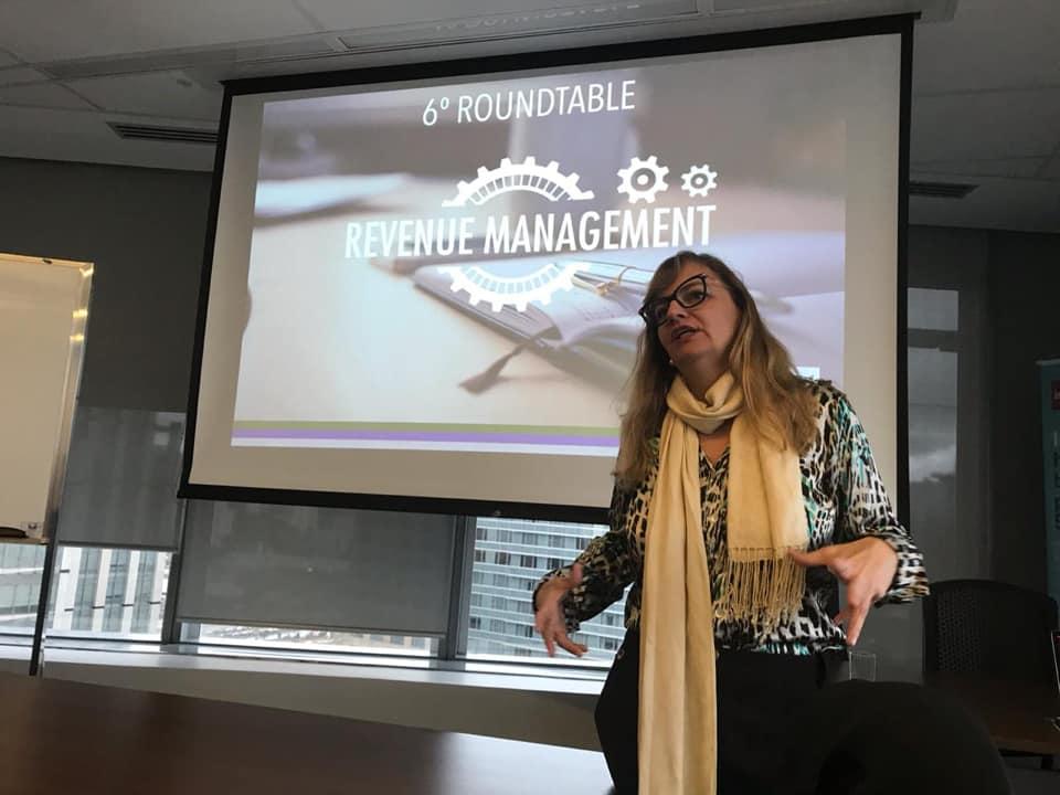 Gabriela Otto, Presidente da HSMAI Brasil, abrindo o roundtable