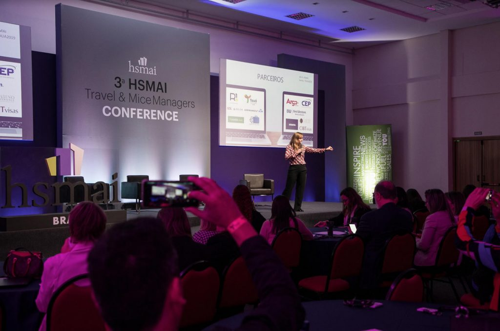 Gabriela Otto, Presidente HSMAI Brasil abrindo o evento